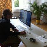 Wie lese ich im Internet? Die Teilnehmer, im  Durchschnitt 25 Jahre alt, sitzen allein in einem Raum und lesen die aktuelle Webseite einer Zeitung. Für den Blickaufzeichnung-Test setzt  der Designer Norbert Küpper den Probanden eine dicke Brille auf.