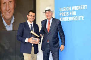 Ulrich Wickert verleiht Yefferson Ospina Bedoya aus Kolumbien den Internationalen Preis für Kinderrechte 2016 (Foto: Plan International/ Alexander Schumann)