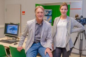 Der Trierer Medien-Professor Hans-Jürgen Bucher mit seiner Doktorandin Bettina Boy. Foto: Uni Trier